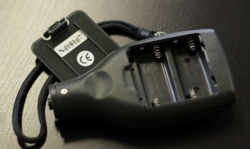 Толщиномер со снятой аккумуляторной крышкой
